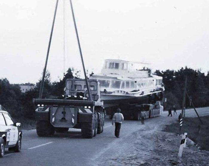 МАЗ-7907 транспортирует теплоход, середина 1980-х годов. /Фото: udf.by