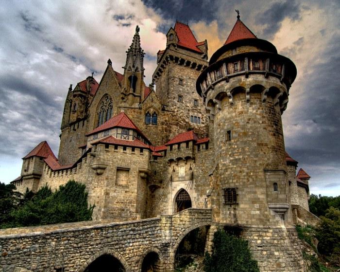 Рыцарские замки имели не только красивый вид, но и стратегически правильные архитектурные решения. /Фото: politikus.ru