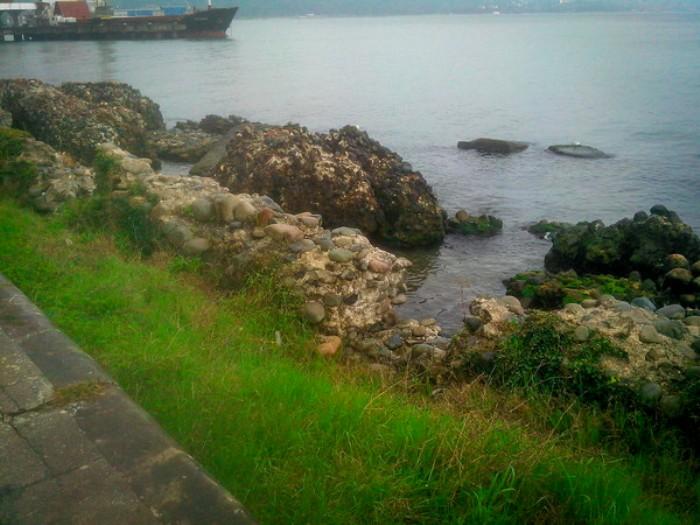 Останки стен Себастополиса на побережье Сухуми. /Фото: pikabu.ru