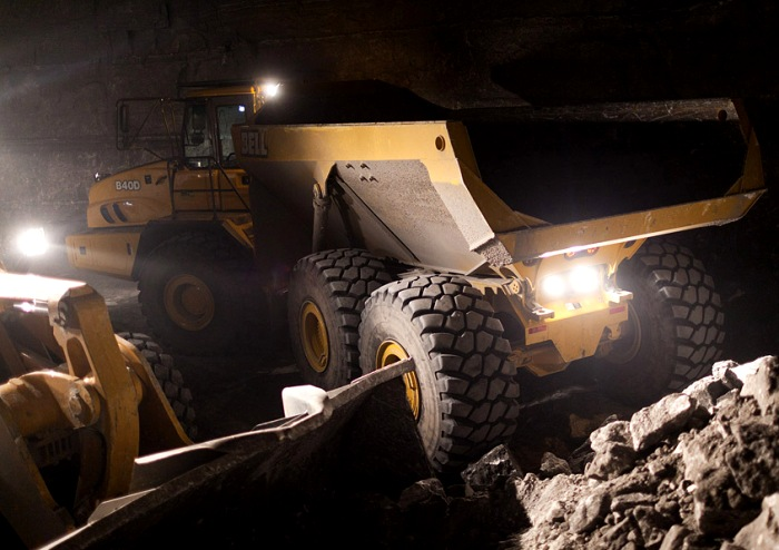 Огромные машины, которые света белого не видят. /Фото: pikabu.ru
