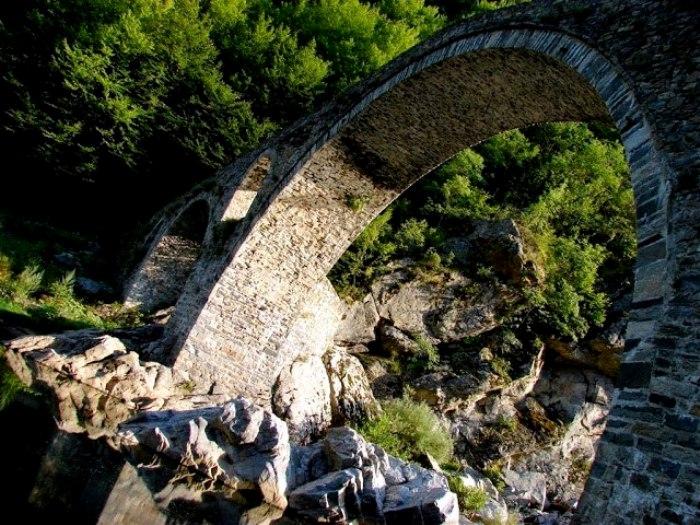 Говорят, при определенных условиях, на мосту можно увидеть лик лукавого. /Фото: pikabu.ru