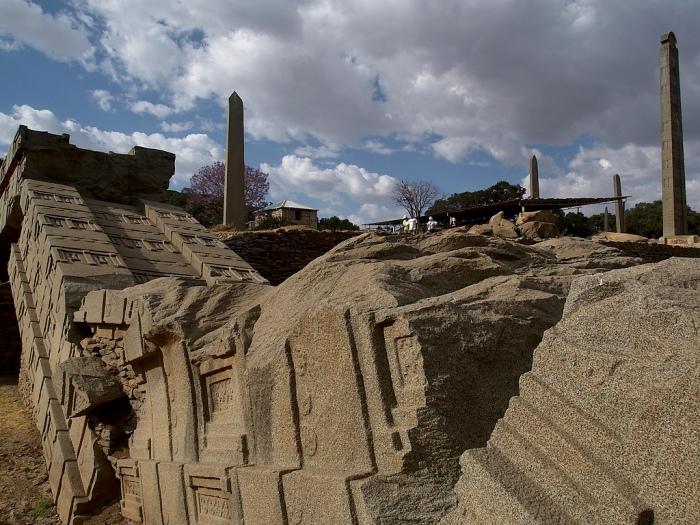 Трудно представить, что эти огромные осколки тысячи лет назад были монолитом. /Фото: pikabu.ru