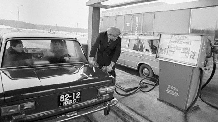 Советский бензин был не только с другим октановым числом, но и цветом отличался. /Фото: back-in-ussr.com