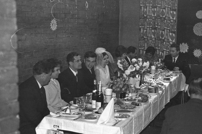 Накрыть хлебосольную свадьбу в СССР было не так просто. /Фото: pikabu.ru