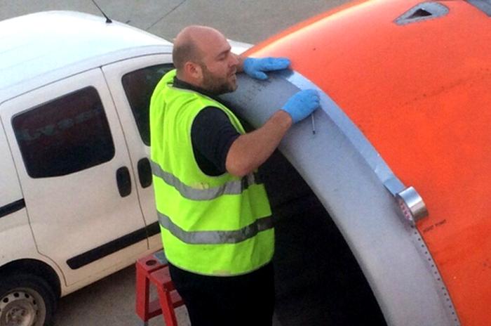 Халатность или расчет: что ремонтируют в самолетах скотчем