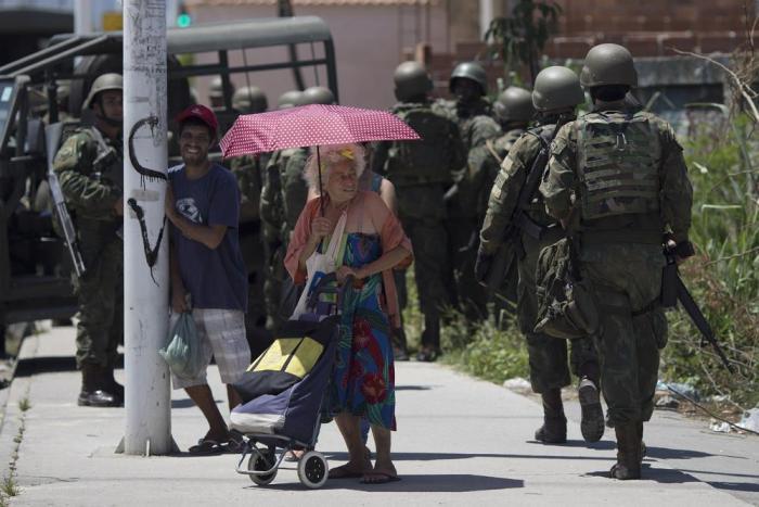 Преступность, в отличие от карнавала, в Рио-де-Жанейро высокая постоянно. /Фото: pikabu.ru