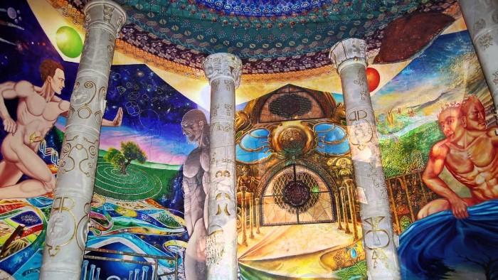Росписи на стенах занимают огромную площадь. /Фото: pikabu.ru