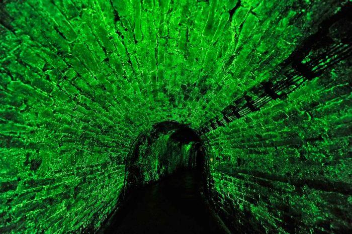 Таинственный светящийся коридор чешских катакомб. /Фото: navolnenoze.cz