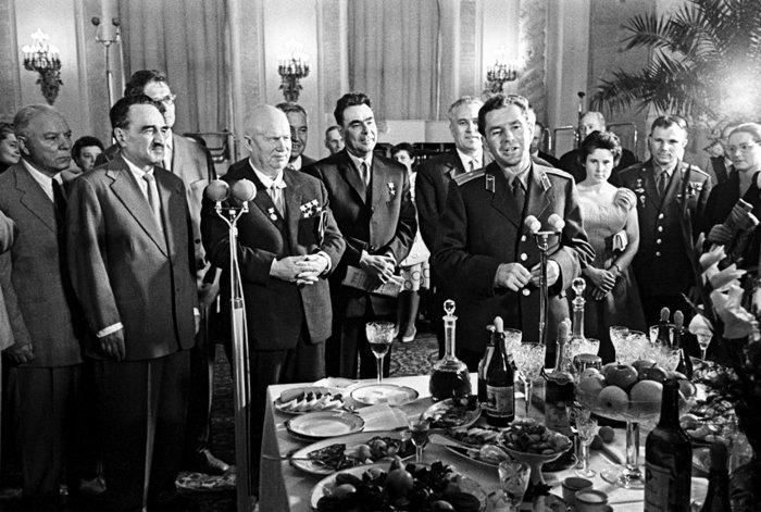 Хрущев любил выпить, а вместе с ним - и народ. /Фото: rg.ru