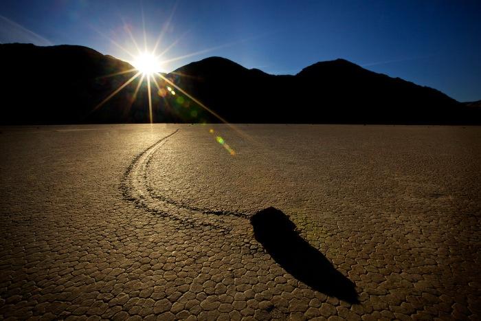 Кто бы мог подумать, что в Долине Смерти камни будут вести себя как живые. /Фото: livejournal.com