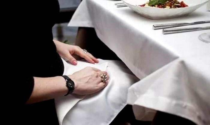 Салфеткой в ресторане пренебрегать не стоит. /Фото: mblx.ru