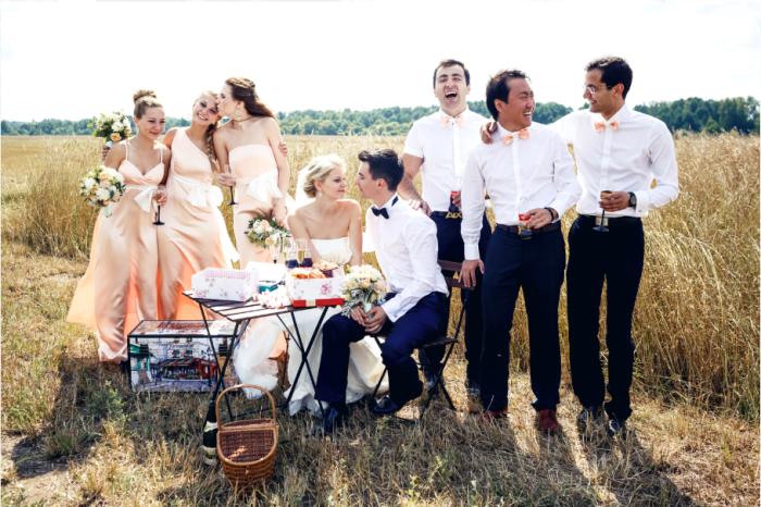 Выездные церемонии и дружки в одинаковых платьях - уже почти свадебная традиция. /Фото: wedding-magazine.ru