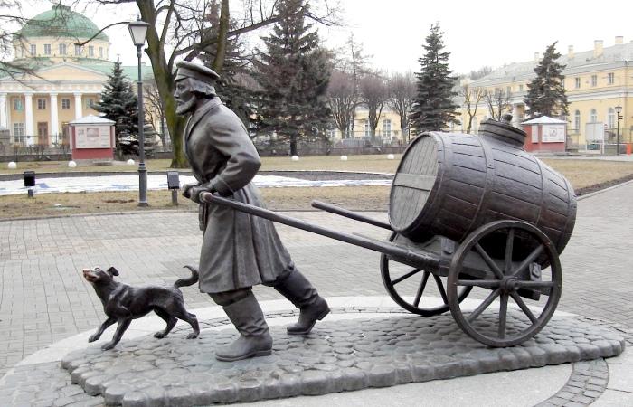 Оказывается, раньше воду возили в прямом смысле на обиженных. /Фото: amy.ru