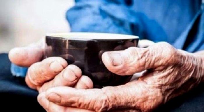 Старших в Корее почитают даже тем, как берут из их рук напиток. /Фото: haber7.net