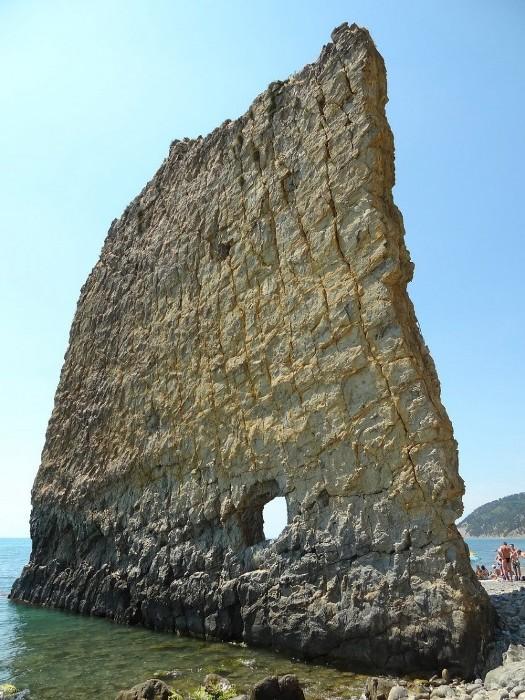 Отверстие - единственная странность обычной скалы. /Фото: privetsochi.ru
