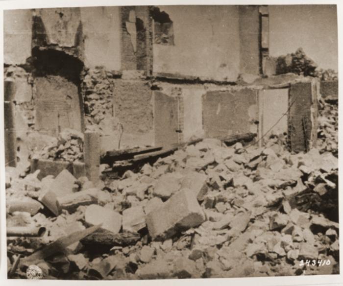 Руины деревни после освобождения местности от оккупации, 1944 год. /Фото: ermakvagus.com