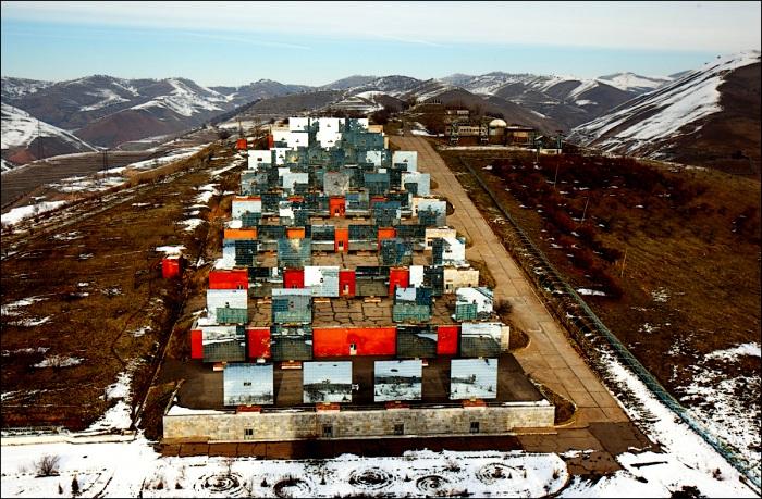 Чудо инженерной мысли, опоясанное тысячелетними горами. /Фото: fresher.ru