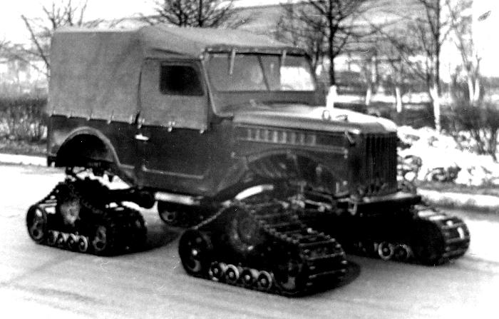 Вариант ГАЗ-69 на четырех ведущих гусеницах. /Фото: kolesa.ru