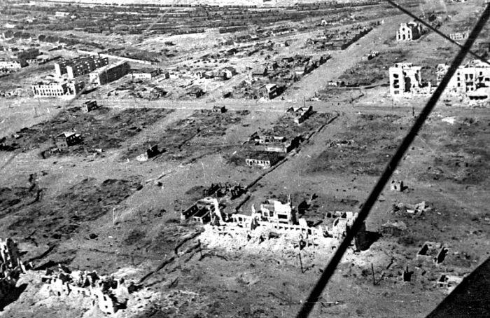 Страшные бои и бомбардировки попросту сравняли Сталинград с землей. /Фото: waralbum.ru