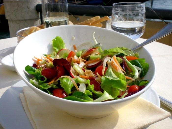 Салат едят только одним прибором. /Фото: flickr.com