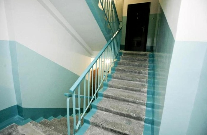 Странная покраска лестниц появилась не из-за экономии материалов. /Фото: fkr66.ru