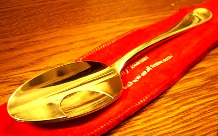 Когда усы были в моде, их владельцам создавали комфорт даже ложкой. /Фото: Flickr.com