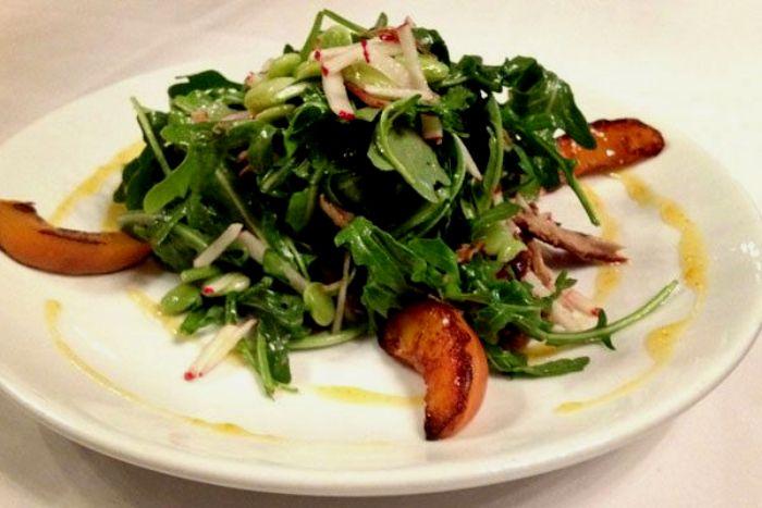 Если в салате много зелени - есть риск оконфузиться. /Фото: pinterest.de