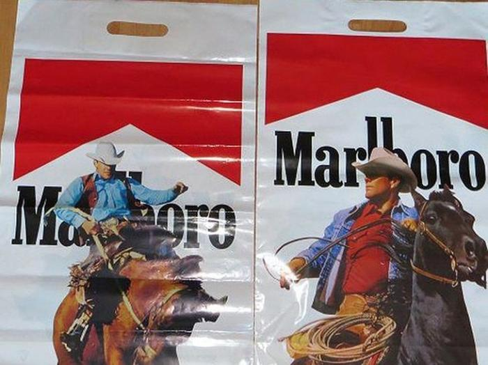 Пакеты с изображением западных брендов пользовались особой популярностью. /Фото: cccp.temadnya.com