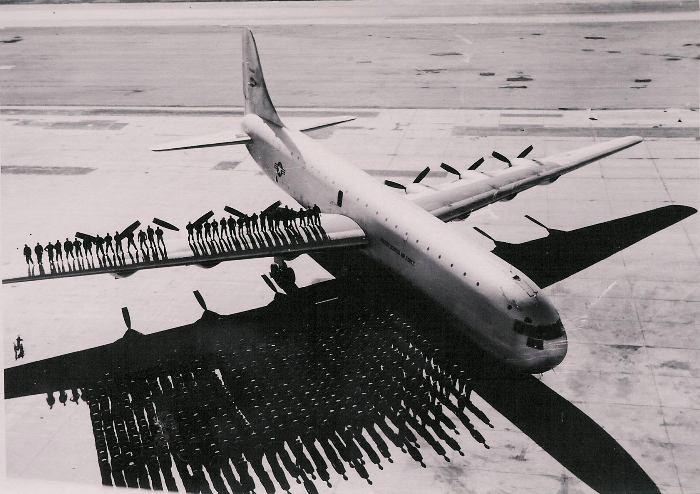 Самолет был способен перевезти на другой континент целые батальоны солдат. /Фото: reddit.com