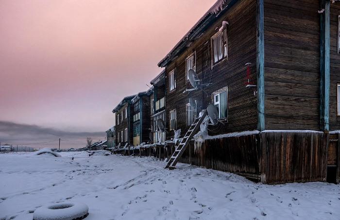 Лишь спутниковые тарелки на фасадах домов показывают, что тут не до конца застыло время. /Фото: varlamov.ru