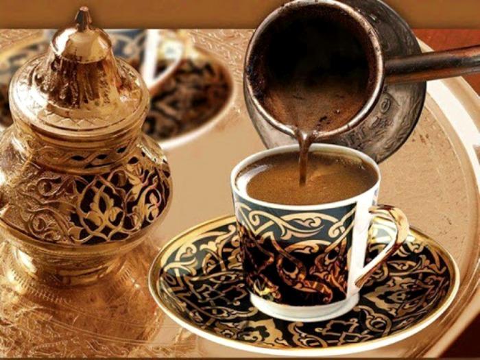 Маленькая чашечка и максимум три добавки - обязательный атрибут кофейного этикета в Иордании. /Фото: rusib.ru