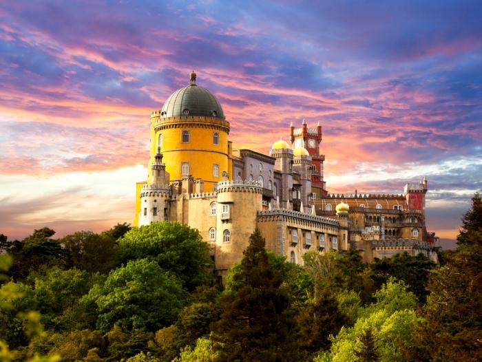 Португальский дворец, сложение стилей которого делает его похожим на огромный конструктор. /Фото: weatlas.com