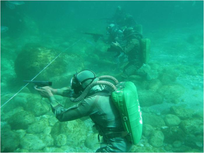 Создание оружия для боевых пловцов - кропотливая работа. /Фото: zvezdaweekly.ru