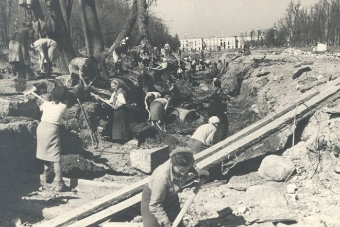 Первые восстановительные работы, 1945 год. /Фото: chrontime.com