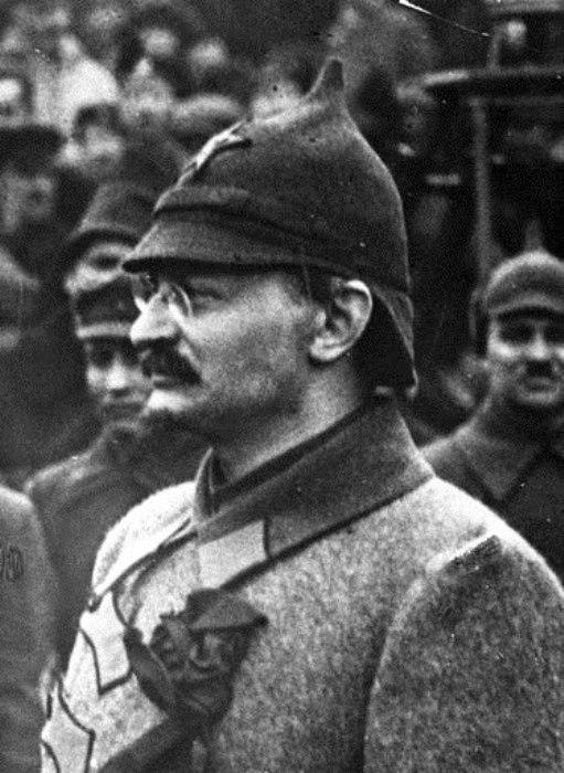 Лев Троцкий в суконном шлеме. /Фото: wordpress.com