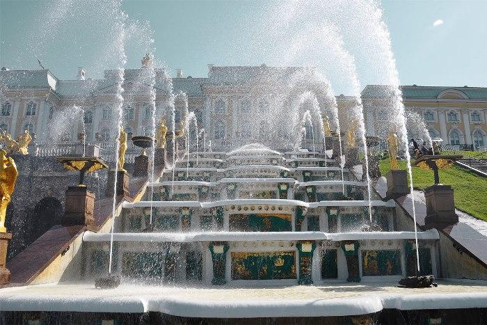 Каскады и фонтаны питаются водой по специальной системе. /Фото: tourcentrum.ru