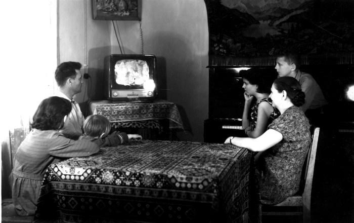 В советское время от телевизора садились недалеко, ведь переключить канал с дивана возможности не было.