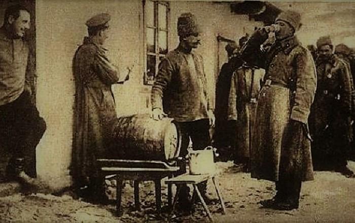 Фронтовые 100 грамм берут начало ещё с начала 20 века. /Фото: fishki.net