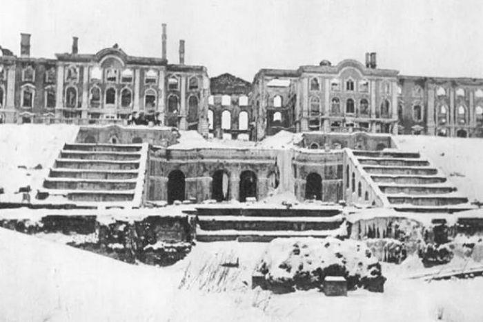 Фонтаны Петергофа после артиллерийских обстрелов, 1944 год. /Фото: chrontime.com