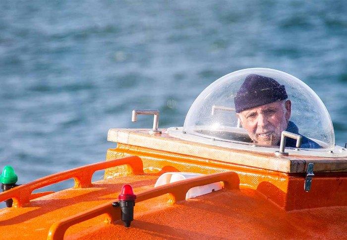 Французский смельчак Жан-Жак Савен в своей плавучей бочке. /Фото: esquire.ru