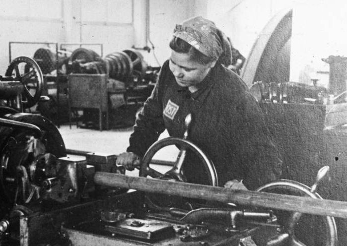 К началу 1942 года каждым третьим работником за немецких заводах были женщины. /Фото: topwar.ru