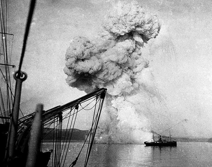 Взрыв корабля, который не сдался. /Фото: Wikipedia.org