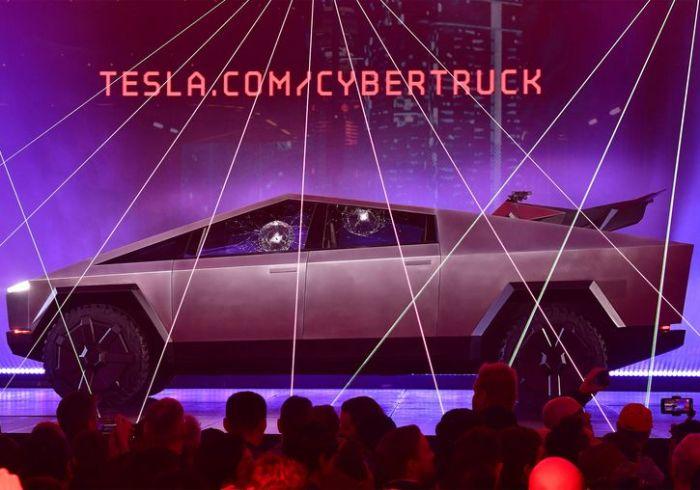 Tesla Cybertrack с треснувшими стеклами. /Фото: Bloomberg.com