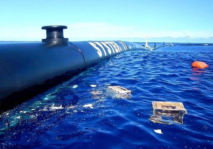 Труба-поплавок не должна пропускать мусор, плавающий на поверхности воды. /Фото: theguardian.com