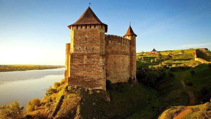 Маленькие окна, высокие стены - обязательные элементы средневекового замка. /Фото: 24tv.ua