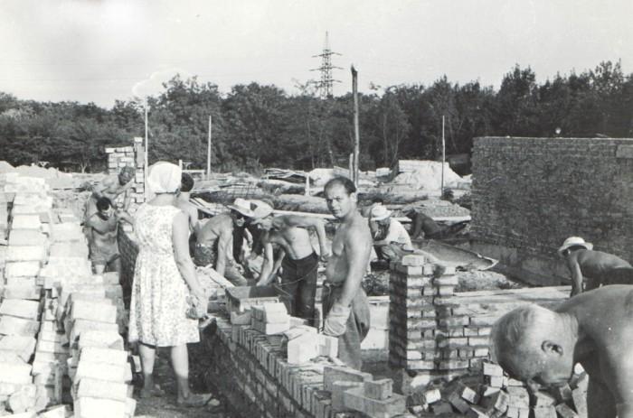 Рабочие во время строительства дома в городе Ростов. /Фото: meotyda.ru