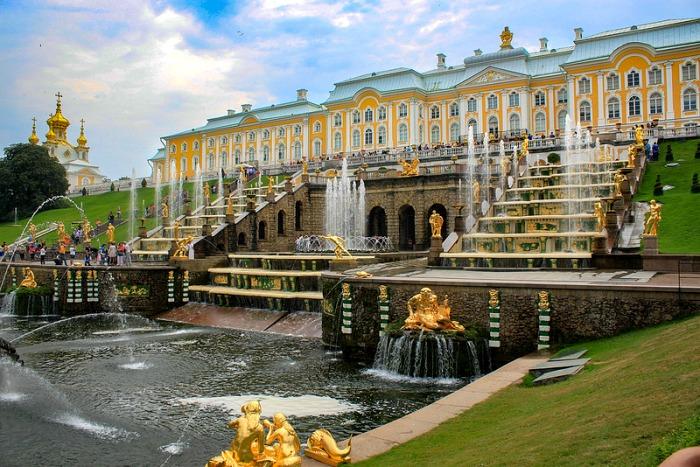 Ослепительное великолепие Петергофского ансамбля. /Фото: sworld.co.uk