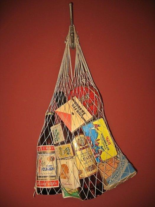Авоська многие годы сопровождала советских людей на рынках и в магазинах. /Фото: fishki.net
