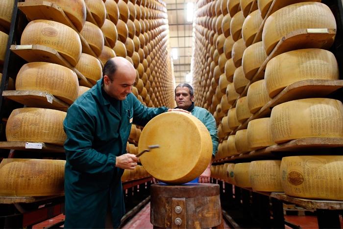 Столь нетривиальным способом в Италии поддерживают производителя сыра. /Фото: vilingstore.net