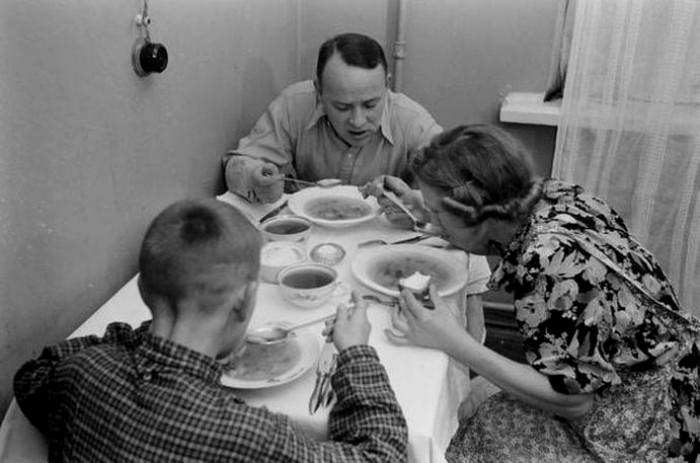 Авторы книги советуют даже свою скатерть на конкретный прием пищи. /Фото: factroom.ru